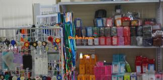 ựa chọn bao đeo thẻ nhân viên phù hợp nhất Chúng tôi cung cấp các loại bao đeo thẻ theo các tiêu chí sau đây : Chất liệu :da pu , simily , pvc , mica , Loại ngang hay dọc. Tính chất : dẻo , cứng dày , mỏng . Loại có zipper / quai màu . Hộp nhựa hay mặt trần . 1 mặt hay 2 mặt Size thẻ nhân viên hay size to hội nghị hội thảo . Văn hóa : hàn quốc nhật bản việt nam tây âu , bắc mỹ ,singapore Vui lòng liên hệ chi tiết: Shop dây đeo chuyên bán buôn dây đeo thẻ , thẻ nhân viên , bao chứa thẻ và các dụng cụ đồ dùng có liên quan đến văn phòng phẩm , thời trang mới lạ độc đáo với thị trường Việt Nam. Mong nhận được sự ủng hộ của quý khách hàng trên toàn quốc . Mọi liên hệ vui lòng gọi HOTLINE 0908 336851 – CONTACT : MS THẢO – 0937165 185 Email : DAKETNOI@GMAIL.COM Trung tâm phân phối sỉ và lẻ Khu vực NAM – HỒ CHÍ MINH: VPĐD :Khu, B3 , KDC ĐỨC KHẢI - Era Town ,15 B Nguyễn Lương Bằng , P.Phú Mỹ,Quận 7 , Tp.HCM Showroom : https://goo.gl/maps/sntjyznB9j42 Tel : (84) 62637855 Website: www.daydeothe.com Khách hàng ở các tỉnh thành : dịch vụ bưu điện chuyển phát nhanh tận nơi . Liên hệ MR NHẬT 0908336851 hoặc email: daketnoi@gmail.com website : http://daydeothe.com